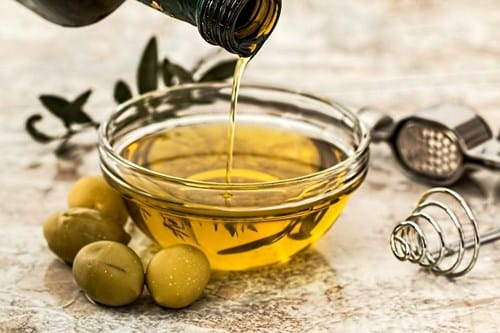 Does vegetable oil remove dryness from the scalp?